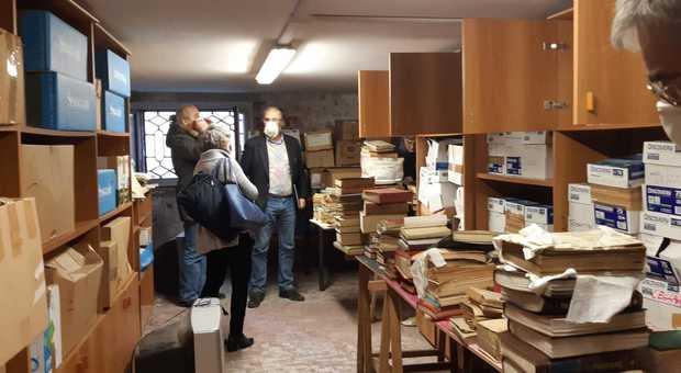 Libri inzuppati dall'acqua alta donati alla scuola, ma il liceo li rifiuta: «Riprendeteli»