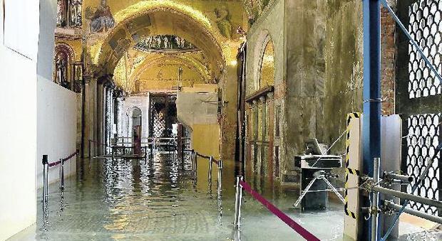 Acqua alta nella Basilica di San Marco a Venezia