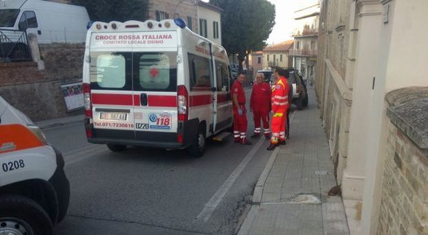 Un equipaggio della Croce Rossa di Osimo.