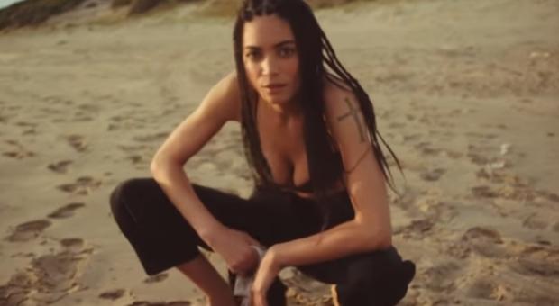 Elodie nel video girato a Sabaudia