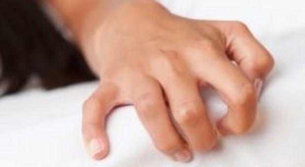 L'autoerotismo le provoca la rottura di un aneurisma, muore a 24 anni