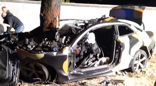 Pescara, auto si schianta contro albero: quattro morti