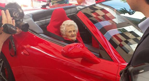nonnina di 104 anni fa il suo primo giro in ferrari per le vie di