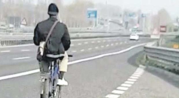 Fermato in bicicletta sulla A27: «Voglio andare in Albania», 33enne multato di 600 euro