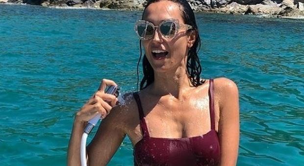 Caterina Balivo, doccia hot in barca a Ferragosto. Poi quella critica tanto fastidiosa