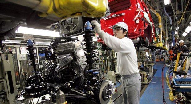 Un operaio in una fabbrica cinese di auto