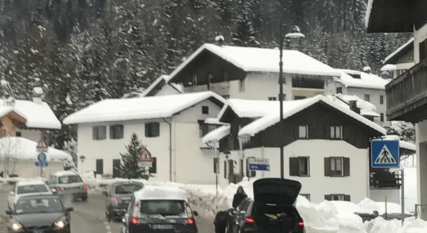 Con la neve tornano le difficoltà degli automobilisti.