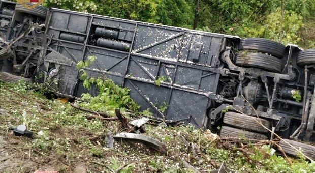 Bus turistico in una scarpata sulla Firenze-Siena: feriti incastrati tra le lamiere