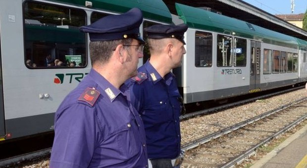 Capotreno e poliziotto pestati sul treno: «Siamo profughi, non puoi farci niente». Caccia alla gang di nigeriani