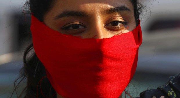 «Ha avuto rapporti», 12enne lapidata in Pakistan. Genitori arrestati, ma per loro è un incidente