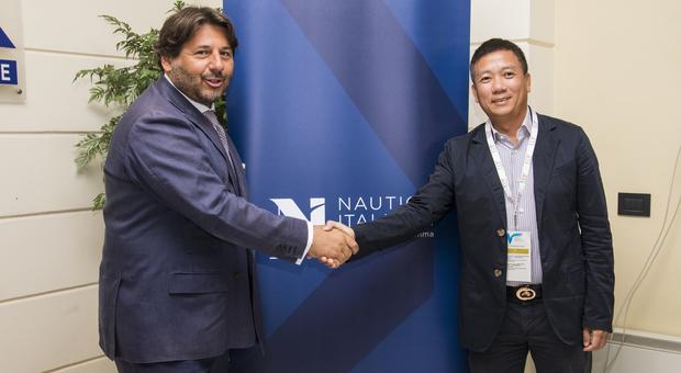 A sinistra Lamberto Tacoli, presidente di Nautica Italiana, e del neo partner cinese Chen Yuntao, vice presidente del gruppo asiatico VISUN