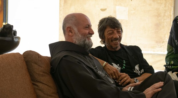 Da sinistra, padre Sidival Fila con Pierpaolo Piccioli. Poi Jerome Poggi e Gabriele Cusimano