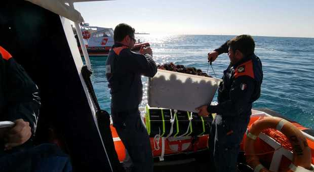 Gli uomini della Guardia costiera gettano in mare circa 1200 ricci ancora vivi