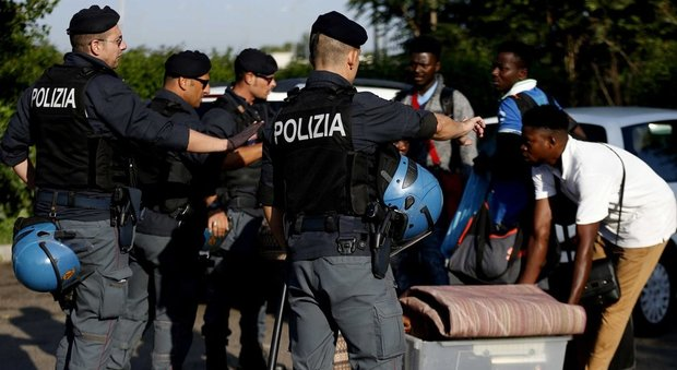 Roma, via al primo sgombero dell'era Salvini: tensione a Tor Cervara