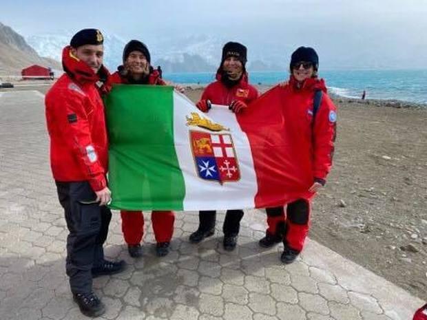Dalla pagina Facebook ItaliAntartide - 35.ma Spedizione: Carla, Patrizia e Laura