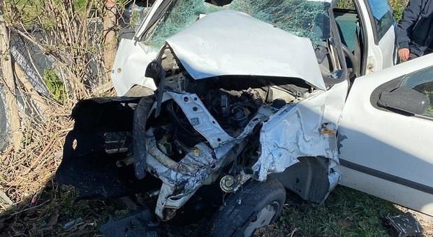 Petritoli, tremendo schianto contro un albero: auto distrutta e ragazzo d'urgenza a Torrette