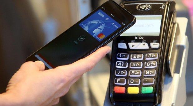 Bancomat, carte di credito e moneta elettronica: ipotesi incentivi a chi li usa
