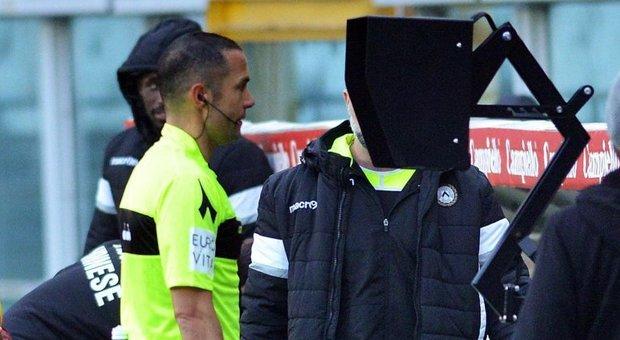 L'arbitro Marco Guida consulta il Var