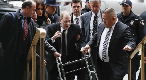Processo Weinstein, testimone incalzata dall'avvocata del produttore hai una crisi di panico