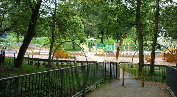 Bimba di 7 anni gioca al parco con i genitori nonostante i divieti: donna la uccide a coltellate