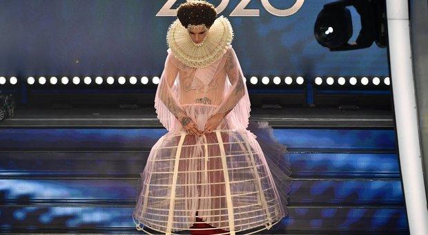 Achille Lauro, cosa significa il vestito: «Elisabetta I, vergine sposa dell'arte, difensore della libertà»