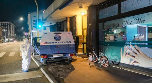 La polizia al lavoro sulla scena della rapina violenta