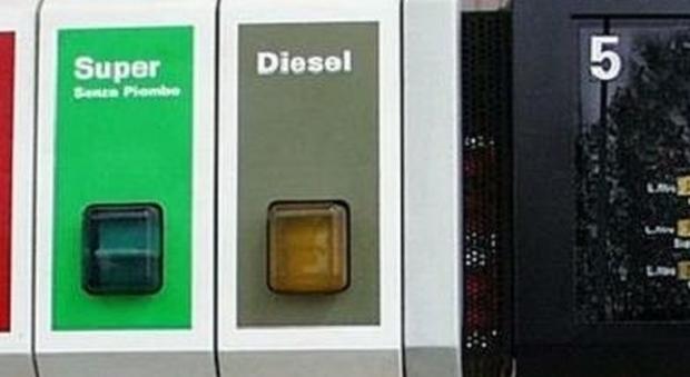 Benzina e diesel, gli aumenti di Pasqua: tutte le compagnie ritoccano i listini