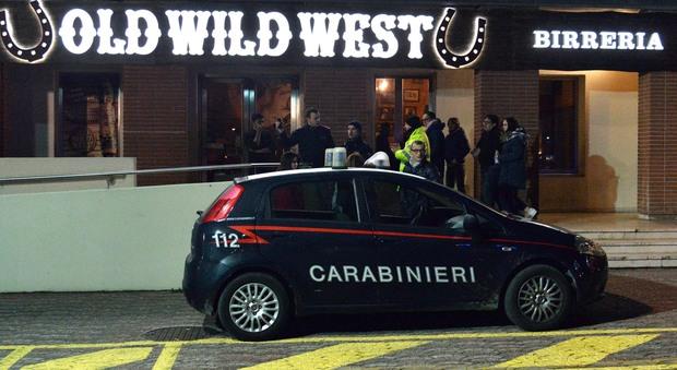L'auto dei carabinieri sabato sera davanti all'Old Wild West di Silea (Photojournalist / Felice De Sena)