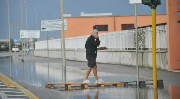 La pista ciclabile a Ostia completamente sott'acqua