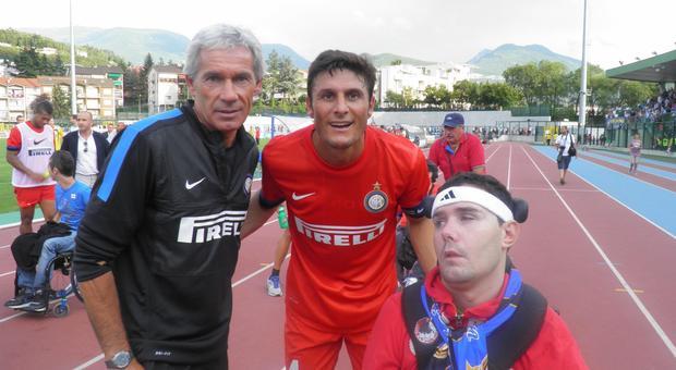 Alessandro Pivetta con al collo la sciarpa dell'Inter e con a fianco Javier Zanetti e Beppe Baresi