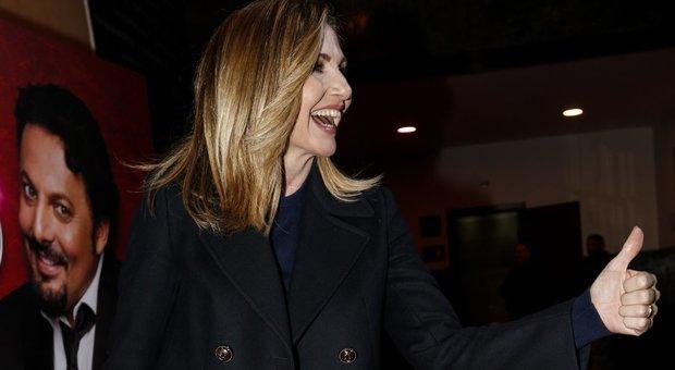 Lorella Cuccarini e alle spalle il cartellone di Brignano