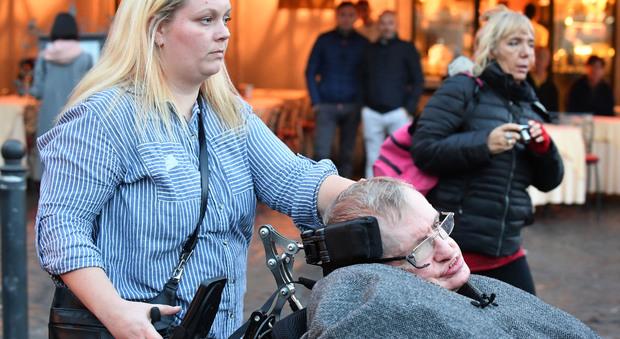 Stephen Hawking, l'ultima volta a Roma: le foto di Rino Barillari Guarda