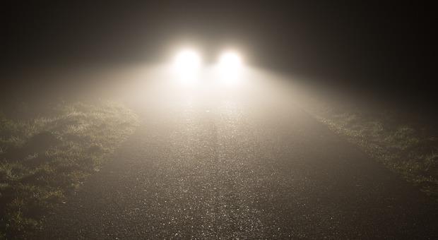 Gioco pericoloso: «Sfrecciano a 100 all'ora con gli abbaglianti accesi nella nebbia» (Foto di ome Willem da Pixabay)