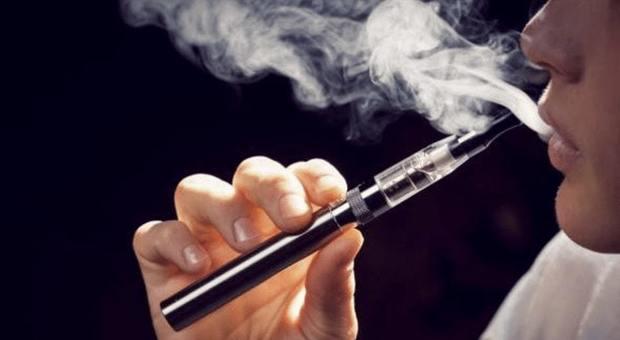 """Sigarette elettroniche, Trump dichiara guerra allo """"svapo"""": vietate (ma non tutte)"""