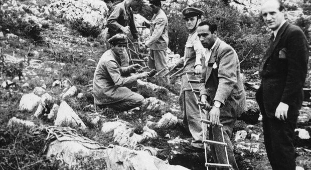 Un' immagine d' archivio dell' ingresso di una foiba scoperta in Friuli nel dopoguerra