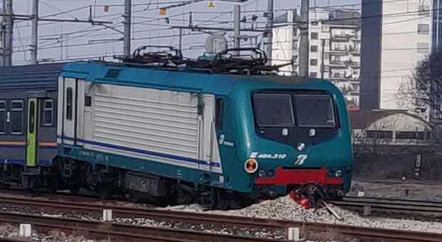 Treno deragliato in stazione a Mestre: esce dai binari e finisce sulla massicciata