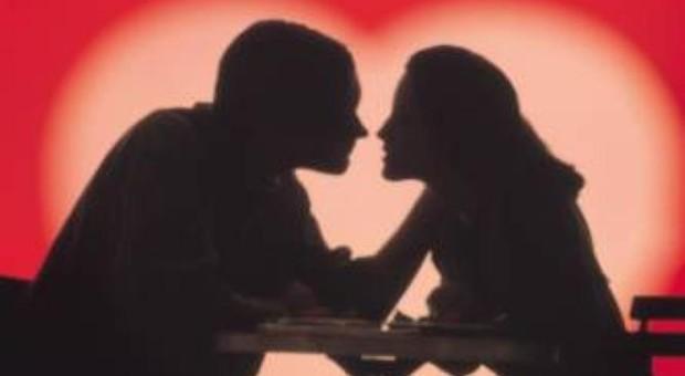 San Valentino in crisi: le coppie non festeggiano, meglio stare a casa