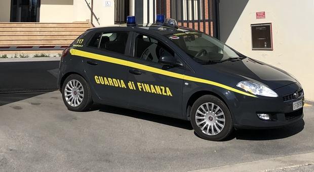 Marijuana in auto e a casa, tentano la fuga dalla Finanza: fidanzatini denunciati anche per il decreto Covid