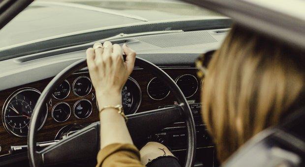Provoca incidente, scappa, la vittima lo insegue e lei gli prende a calci l'auto (Foto di Pexels da Pixabay)