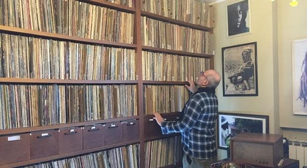 Il gelataio con la passione dei dischi in vinile, la casa tappezzata da 25mila pezzi