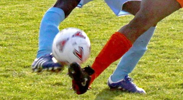Calciatore rompe una gamba a un avversario con un fallo: condannato a quattro anni