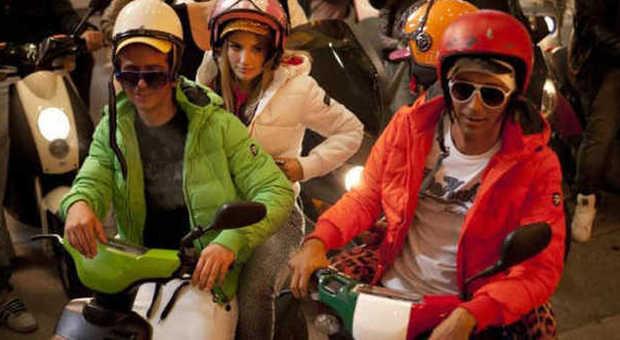 Giovani a bordo di scooter