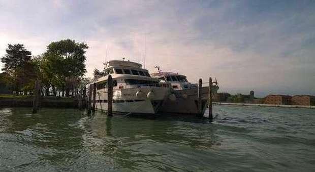 Blitz su due yacht erano b b abusivi a bordo i turisti for Il canotto a bordo degli yacht