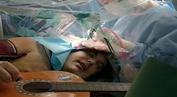 """Torino, musicista suona chitarra e tamburello mentre viene operato al cervello: è la tecnica """"asleep-awake"""""""