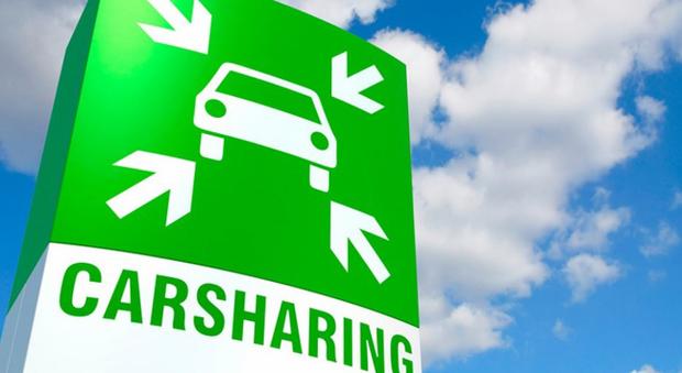 Un cartello che indica il parcheggio del car sharing
