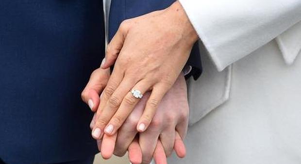 Va a far stringere l'anello di fidanzamento da Tiffany ma scopre una verità imbarazzante: «Non so se sposarlo»