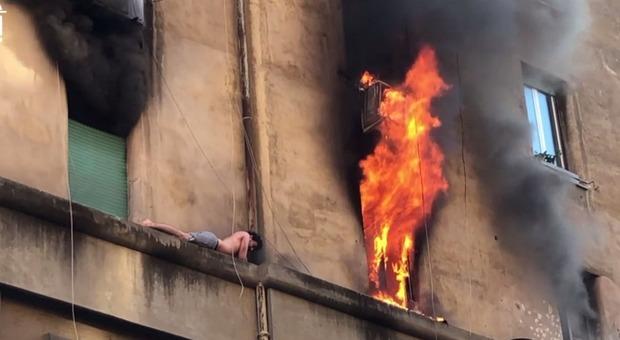 Fiamme in un appartamento all'Appio: uomo in sospeso sul cornicione, palazzo evacuato (foto e video di Stefano Miceli per Roma Pulita)