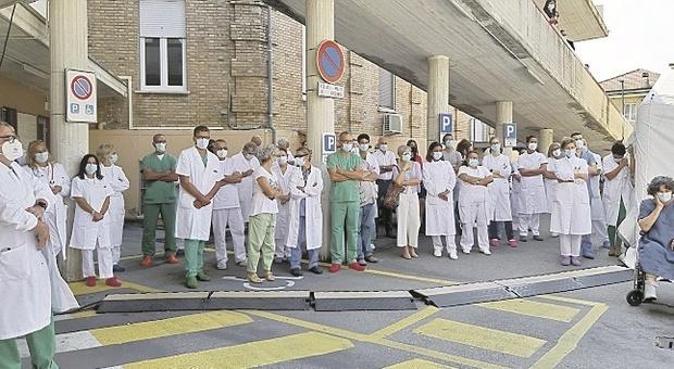 Fermo, una targa per i medici eroi del coronavirus: «Ma fioccano anche le denunce»