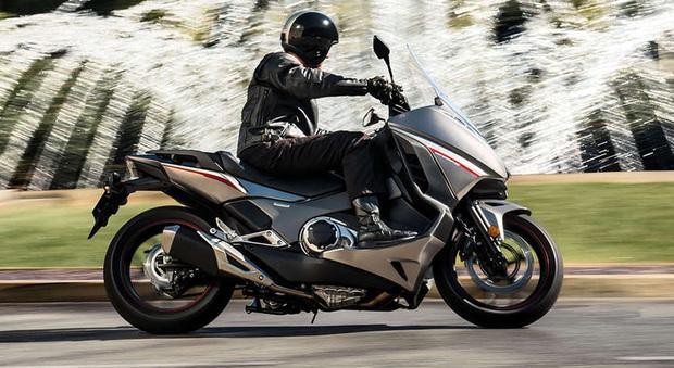 La Honda Integra 750 si rinnova il mezzo che vuole offrire sensazioni motociclistiche unite alla praticità e al comfort di uno scooter