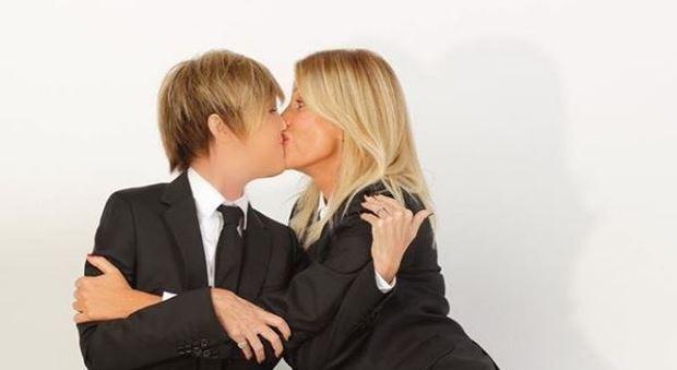 Nadia Toffa, bacio saffico con la Marcuzzi: «Lesbiche? No, ma...»